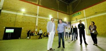 Carlinhos Brown visitaEstúdio/Pavilhão Vera Cruz e faz elogios