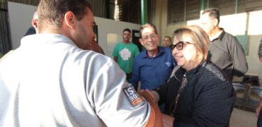 Equipe de serviços urbanos de Mauá recebe a prefeita Alaíde Damo
